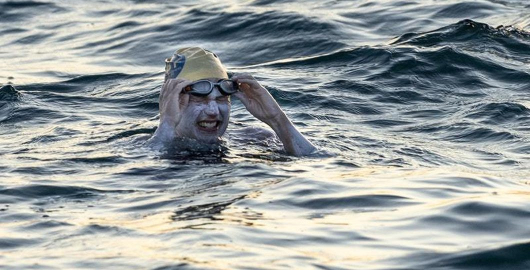 American Swimmer Sarah Thomas First To Non-Stop Cross English Channel Four Times